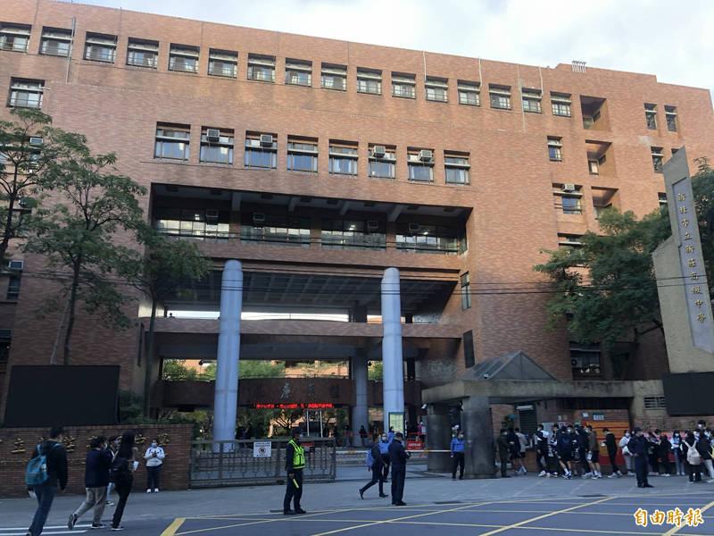 新莊高中為新北市最大考場。(記者周湘芸攝)