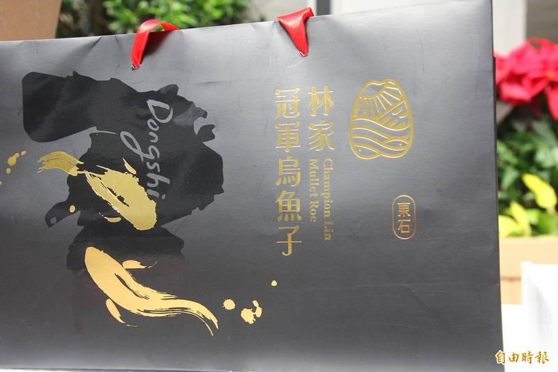 林篤毅說,包裝上的圖像包含烏魚子的各種元素,更放上東石鄉地圖,表達不忘本的想法。(記者林宜樟攝)