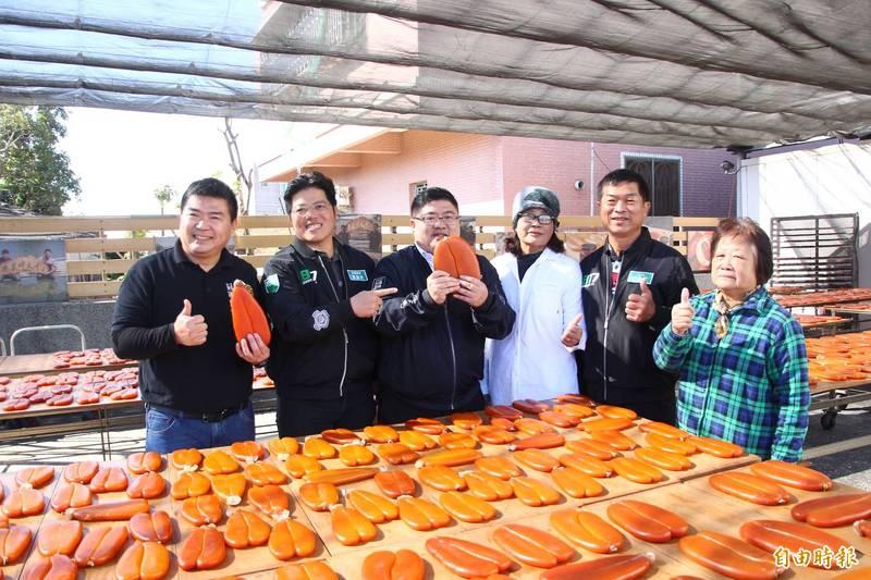 立委蔡易餘(左3)等人到林篤毅(左1)製作烏魚子的場所參觀。(記者林宜樟攝)