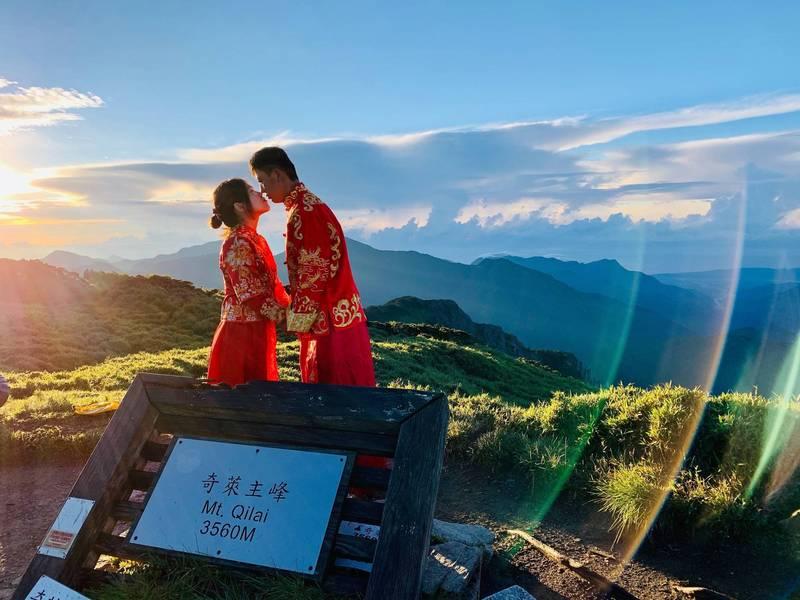 南投縣政府機要行政科長卓靜如與另一半鍾瑋杰,在奇萊主峰拍下浪漫唯美婚紗照。(卓靜如提供)