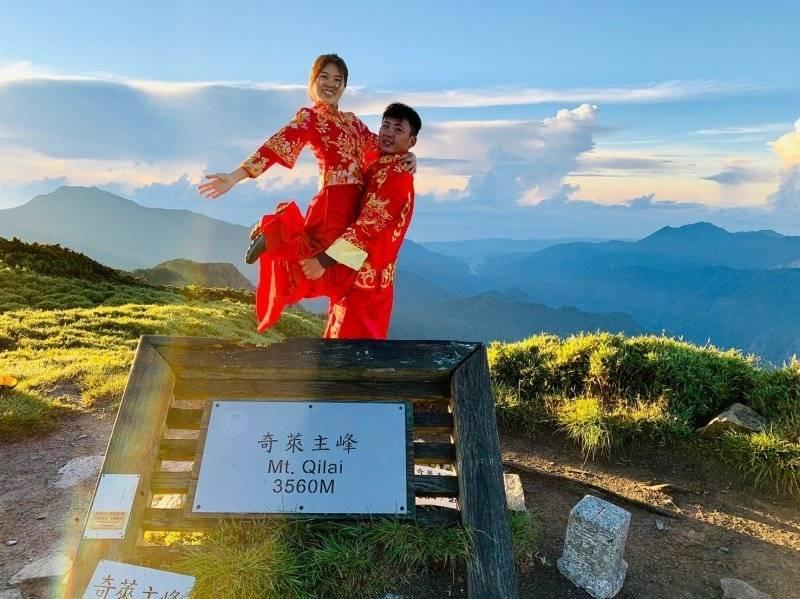 竹科工程師鍾瑋杰完成愛人百岳拍婚紗心願,抱得美人歸。(卓靜如提供)