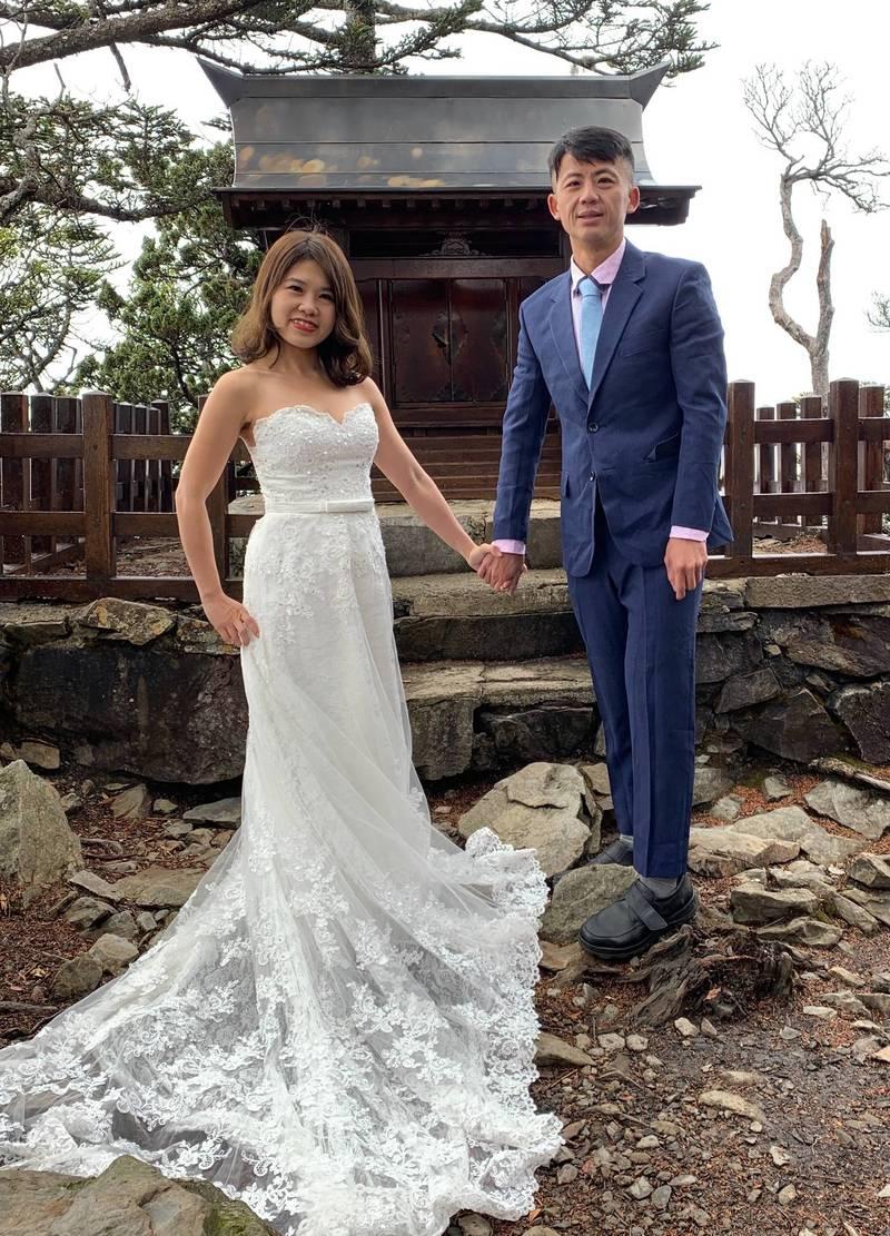 南投縣政府機要行政科長卓靜如,與新婚夫婿鍾瑋杰,在玉山西峰神社前拍攝婚紗照。(卓靜如提供)