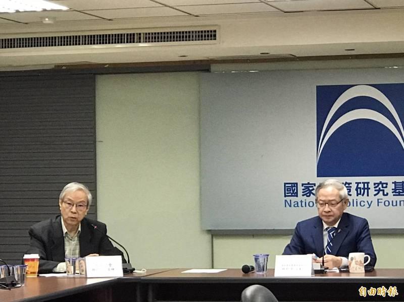 政大東亞所榮譽教授邱坤玄(左)認為,未來的美中關係是競爭底下的共存。(記者彭琬馨攝)
