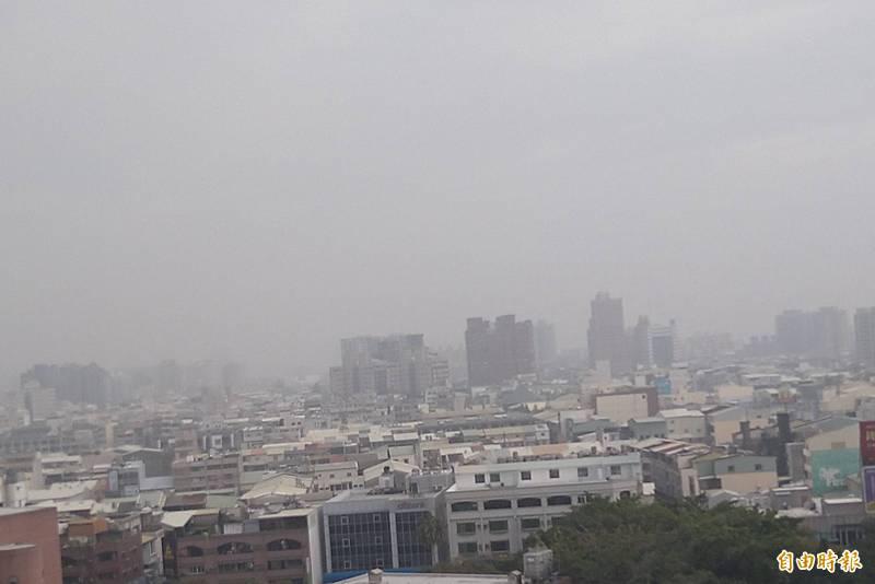 台南PM2.5連兩天紫爆,天空霧茫茫一片。(記者蔡文居攝)