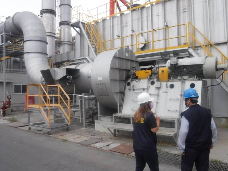 環保局進入工廠稽查排放設備。(記者蔡清華翻攝)