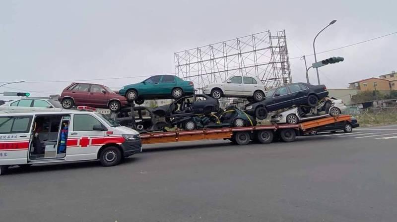 嘉義縣朴子市車禍事故,拖車上的轎車多台被壓垮毀損。(取自臉書社團朴子民意觀察站)