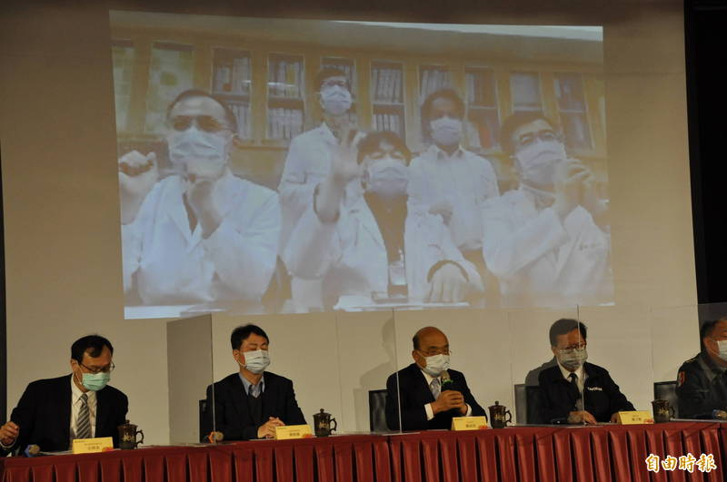 行政院長蘇貞昌(左3)出席桃園市急救責任醫院區域聯防院長會議。(記者周敏鴻攝)