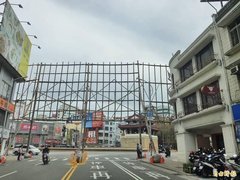 台灣燈會宣佈停辦後,新竹市政府研議以「燈節」形式展演燈會內容,不過東門城主燈的光雕竹架,因無法久放及影響交通,近期就會先拆除竹架,恢復暢通。(記者洪美秀攝)