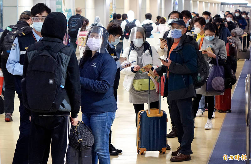 桃園機場今天湧入大批提前返台居家檢疫過年的旅客,不少旅客戴護目鏡。(記者朱沛雄攝)