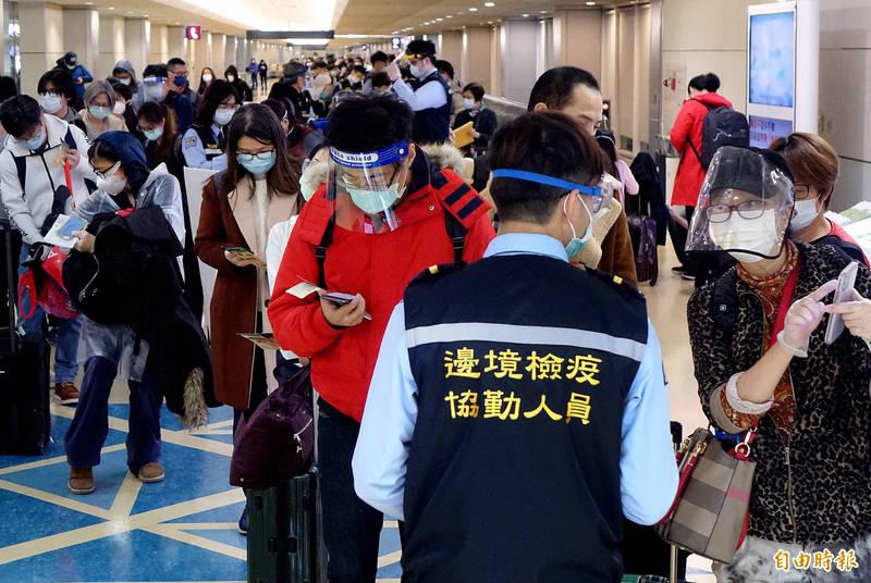 為了能在春節前完成14天居家檢疫與家人共度春節,許多旅外台僑提前返台,桃園機場今日將湧入4300人,為農曆年前入境旅客人數最高峰。(記者朱沛雄攝)