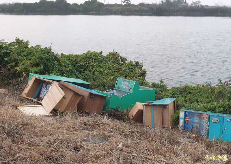 台江國家公園境內的嘉南大圳排水線堤岸南側,發現被傾倒大批電子遊戲機台廢棄物。(記者蔡文居攝)
