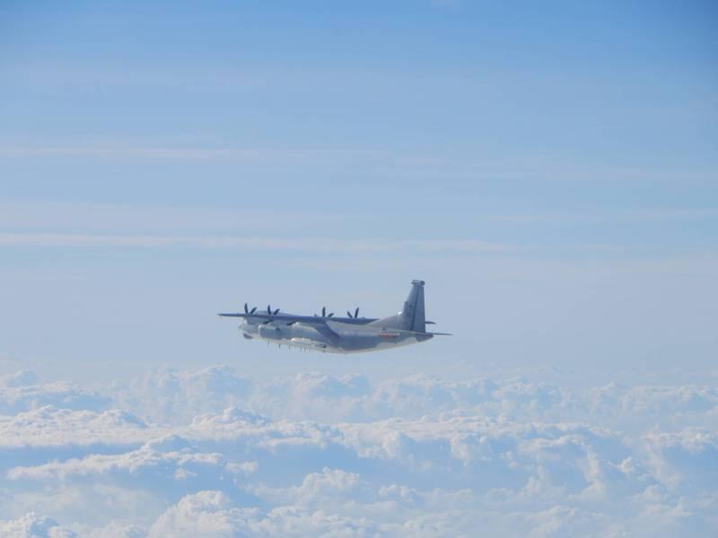 國防部公布今日進入我西南空域「運9」通信對抗機的同型機照片。(國防部提供)