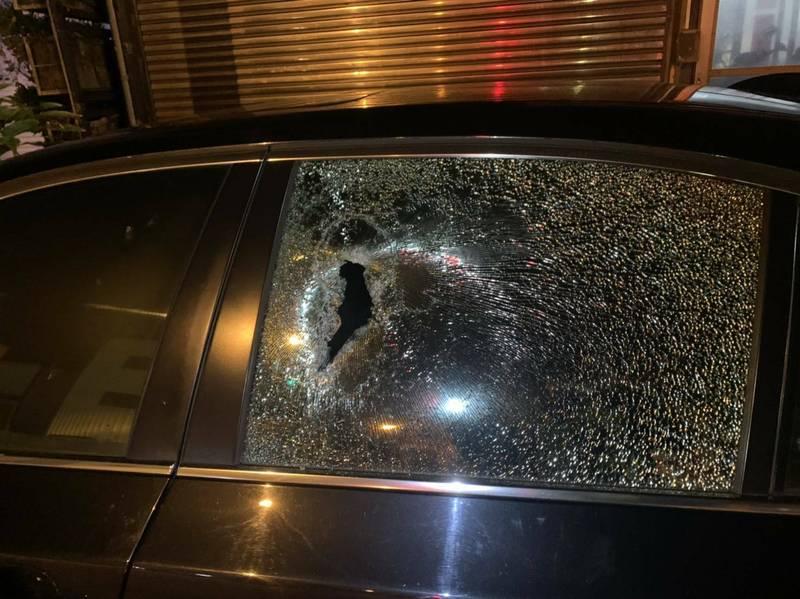 林男看到路邊停放的BMW轎車,認為車主是半導體公司英特爾的競爭對手,因此砸車。(記者王捷翻攝)