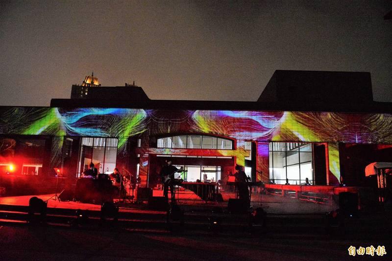 高美館今晚重新開館,除延長開放至晚上10點,也在戶外廣場舉辦音樂光雕秀演出。(記者許麗娟攝)