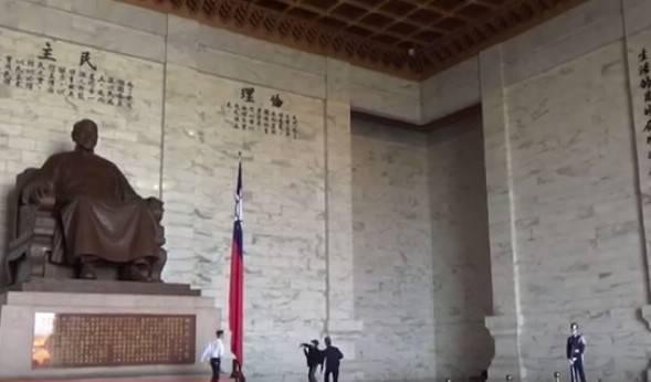 台灣國辦公室主任陳峻涵今天上午9點半進入台北中正紀念堂向蔣介石銅像丟擲雞蛋,立刻遭到逮捕。(圖擷取自台灣國辦公室影片)