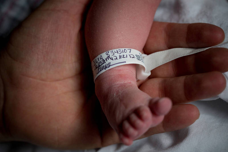 醫生為了掩蓋醫療疏失,將還活著的嬰兒推進太平間,活活凍死。示意圖。(路透)