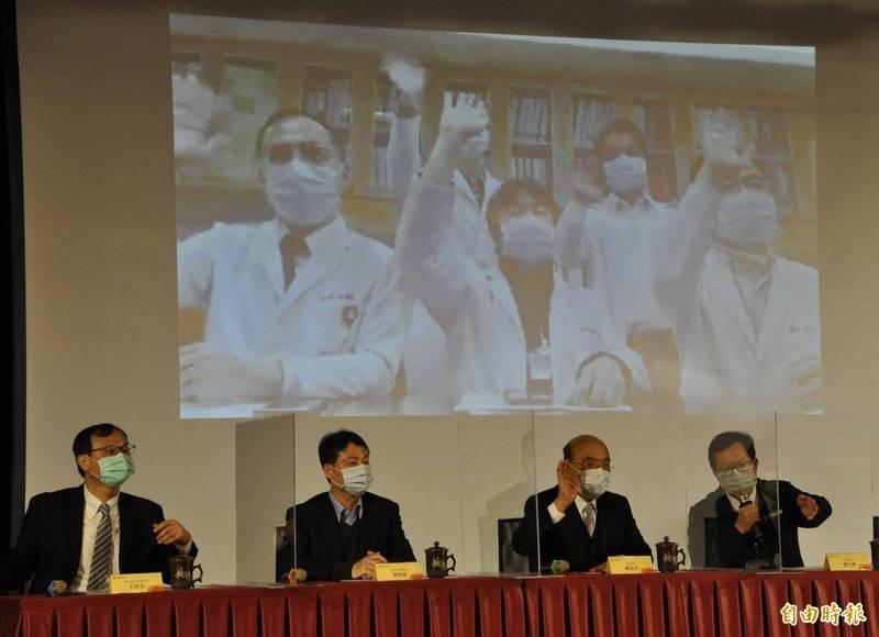 行政院長蘇貞昌(右二)、桃園市長鄭文燦(右一)透過視訊為衛生福利部桃園醫院醫護人員打氣。(記者周敏鴻攝)