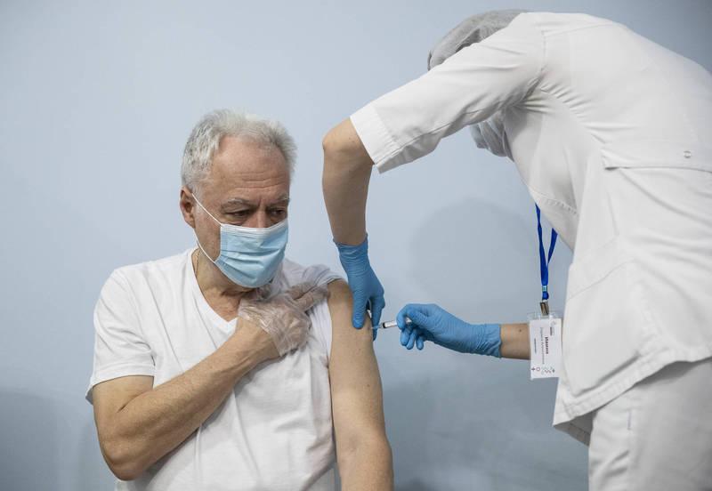 俄國「史普尼克 V」武漢肺炎疫苗近日獲得匈牙利國家藥學及營養研究院許可,圖為俄國「史普尼克 V」施打武肺疫苗。(美聯社)