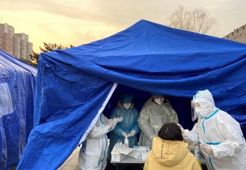 北京網易園區一名員工的同住者為武漢肺炎確診病例的密切接觸人,使得網易安排與該員密切接觸的員工進行檢測。圖為醫護人員今日為北京民眾進行武漢肺炎採樣檢查。(路透)