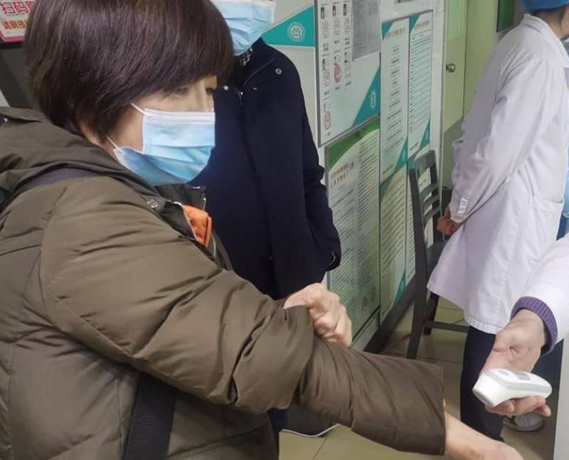 親中名嘴黃智賢配合中國政府外宣,透露自己已在中國施打武漢肺炎(新型冠狀病毒病,COVID-19)疫苗,並表示14天後要施打第二劑,消息一出引發討論。(圖翻攝自臉書)