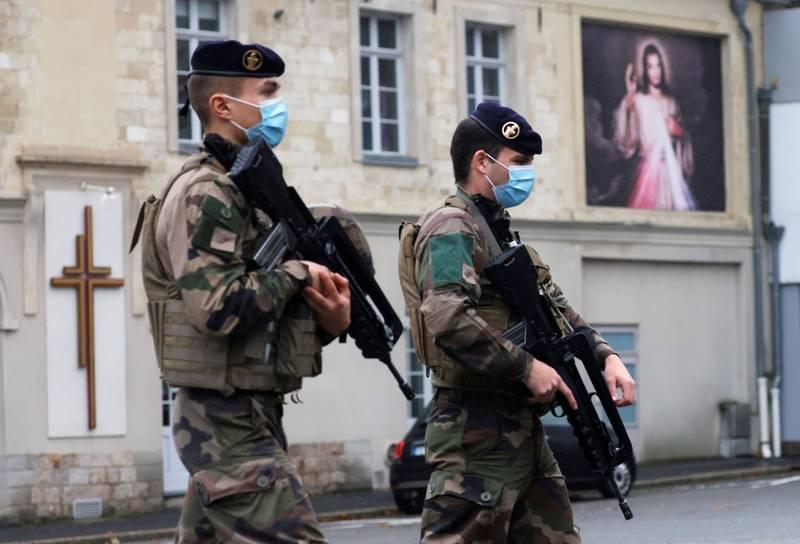 聯合國大會21日強烈譴責對於宗教場所、聖地和神殿的一切襲擊。圖為法國軍人在教堂附近巡邏。(路透資料照)