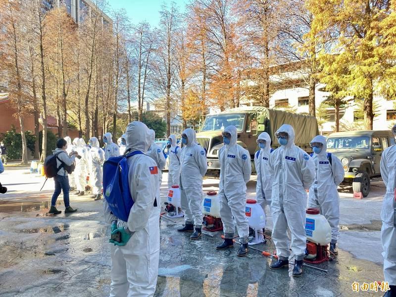 圖為陸軍第六軍團33化學兵群出動重型化學車,協助一起進行社區消毒。(資料照)