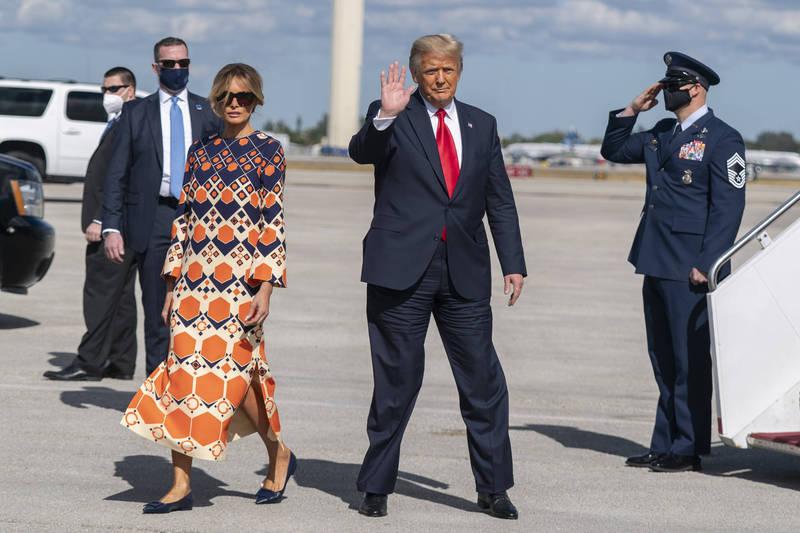 美前總統川普與妻子梅蘭妮亞20日返回海湖莊園。(美聯社)