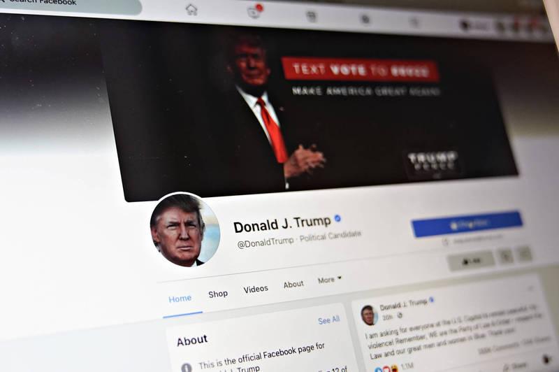 美國前總統川普日前遭社群平台噤聲,臉書21日宣布,將交付監督委員會審查封鎖川普帳戶的決定。(彭博)