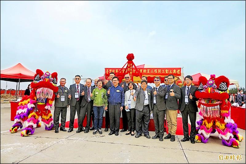 交通部長林佳龍(左五)主持車輛中心「行人安全防護實驗室」新建工程動土典禮。(記者劉曉欣攝)
