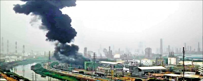 亞聚林園廠傳出「反應器」壓力突升,冒出大量黑煙。(記者蔡清華翻攝)