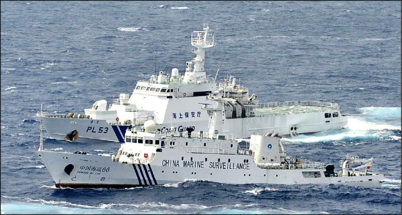 日本海上保安廳船隻與中國海監總隊艦艇2012年在釣魚台海域對峙。(美聯社檔案照)