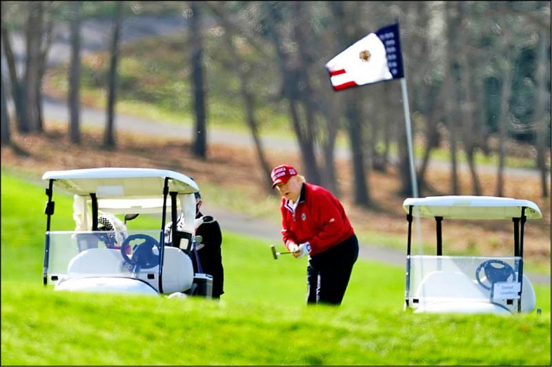 美國前總統川普主要休閒活動就是打高爾夫球。圖為他二○二○年十一月過感恩節時,在自家的「川普國家高爾夫球俱樂部」揮桿。(美聯社檔案照)