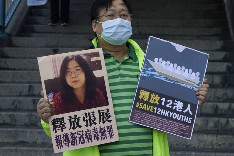 香港民主派人士去年12月在香港中聯辦外抗議中國政府迫害公民記者張展。張展因為深入武漢疫區,報導當地防疫亂象而遭逮捕,遭重判4年徒刑。(美聯社檔案照)