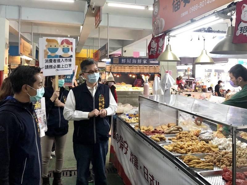 疫情升溫,台中市祭市場防疫8招防疫,鼓勵熟食攤加裝透明遮罩。(圖:市府提供)