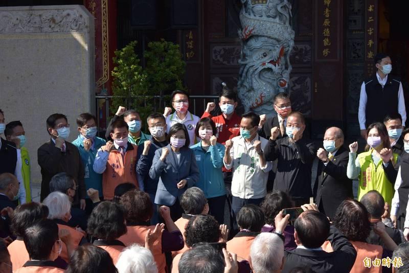 針對桃園醫院感染事件,總統蔡英文(圖中)希望國人向醫護人員致謝,並為桃園與桃園人加油。(記者張瑞楨攝)