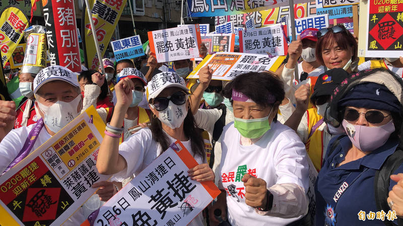 國民黨中常委沈智慧出席反萊豬罷捷遊行,高喊台中加油。(記者許麗娟攝)