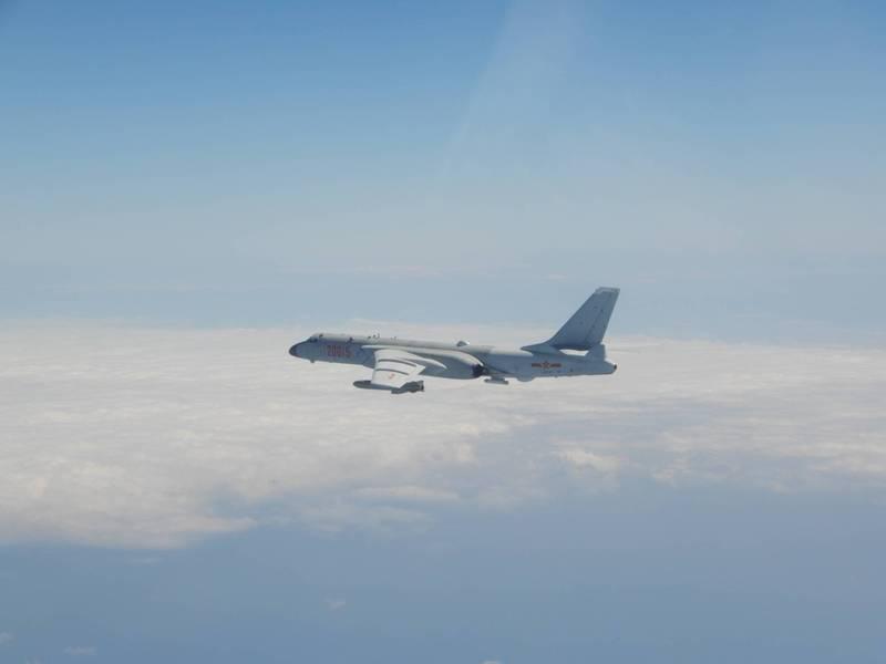 國防部公布今日進入我西南空域「轟6K」轟炸機的同型機照片。(國防部提供)