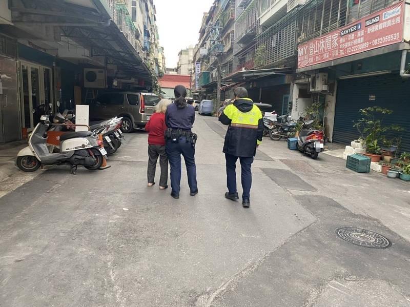 實習警員陳宏宇(右)接獲里長通報失智阿嬤記住處,隨女警到場協助,成功將阿嬤平安送到家。(記者闕敬倫翻攝)