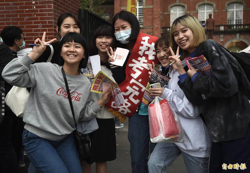 110學年大學學測最後一科結束,考生開心步出考場,朋友送上「我考完咯」背帶慶祝考試順利。(記者簡榮豐攝)