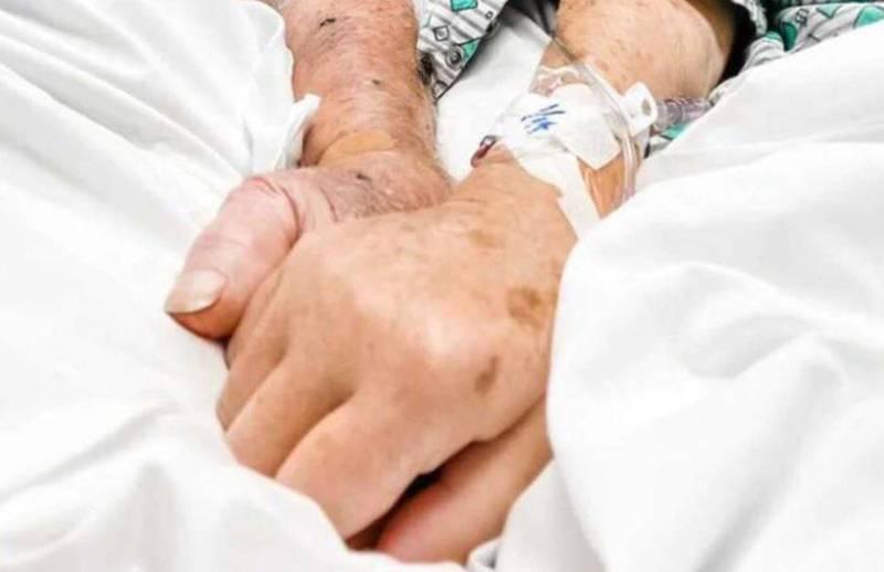 美國一對結婚70載的老夫婦獲得接種武肺疫苗的安排,沒想到還沒施打就雙雙染疫,最終在同一病房內緊握彼此的手相繼離世。(圖擷取自影片)