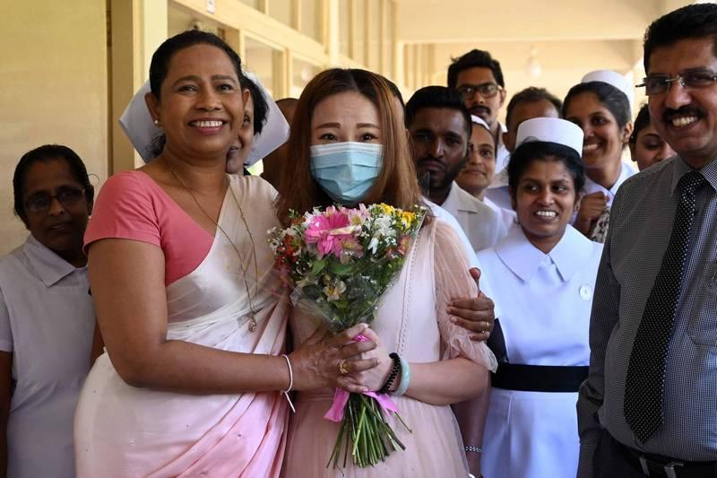 里蘭卡衛生部長萬尼阿拉齊(左前)曾公開贊同以巫術和魔法藥水防止武漢肺炎,不過斯國官員今天表示,萬尼阿拉齊被驗出確診,將自主隔離。(法新社)
