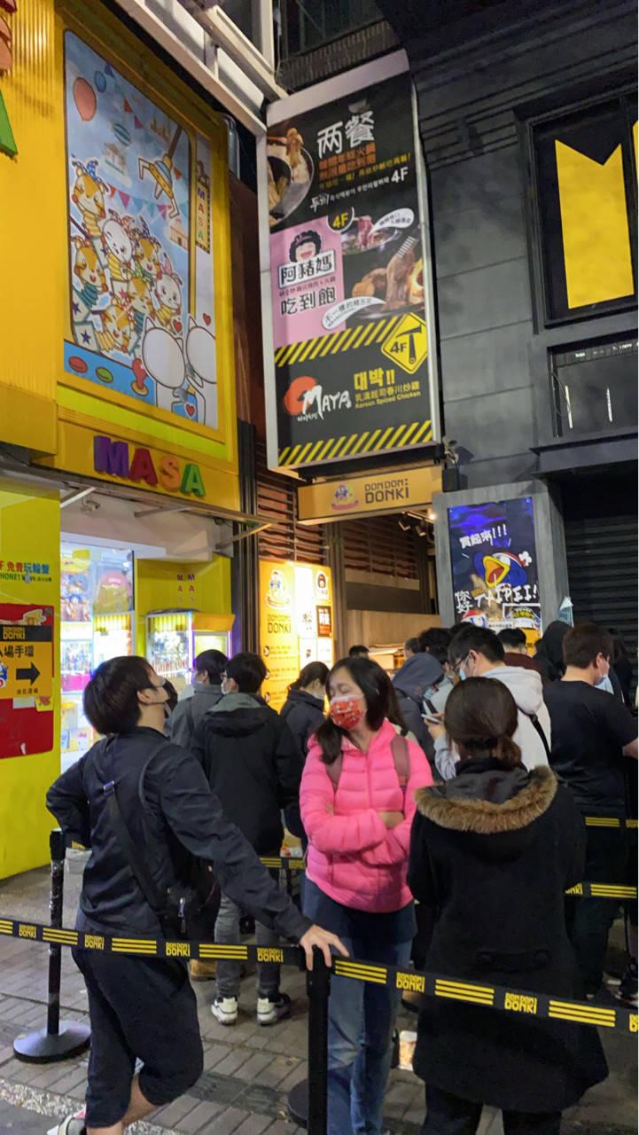 唐吉訶德凌晨5點還有很多人排隊,讓網友直呼「台北人都不用回家睡覺啦膩?」(翻攝PTT)