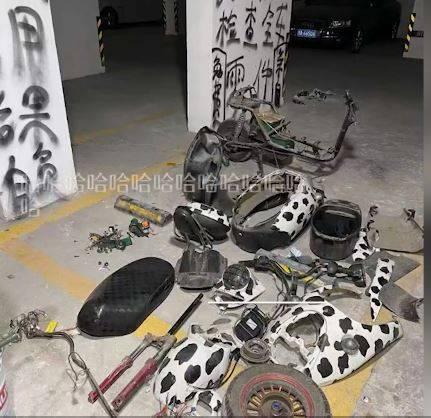 中國成都一名男子因不滿社區停車位被鄰居佔走,還在上面偷偷充電,在社區群組傳訊息警告卻被置之不理,一氣之下拿工具把鄰居的電動車給拆光光。(圖擷取自微博)