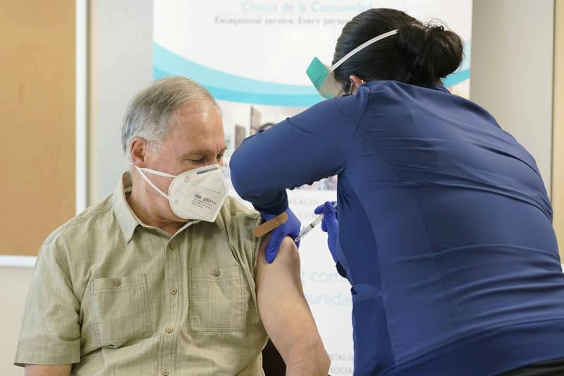 美國已經著手分配疫苗,但在接種順位的排序上卻引起爭議。(美聯社)