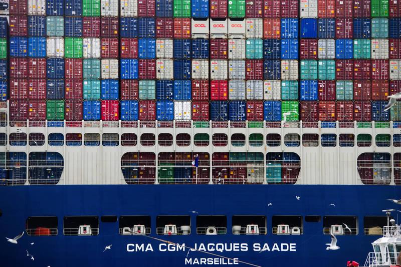 近期海運市場蓬勃發展,運費高漲,貨櫃短缺,又傳貨櫃落海意外。示意圖非當事照。(彭博)