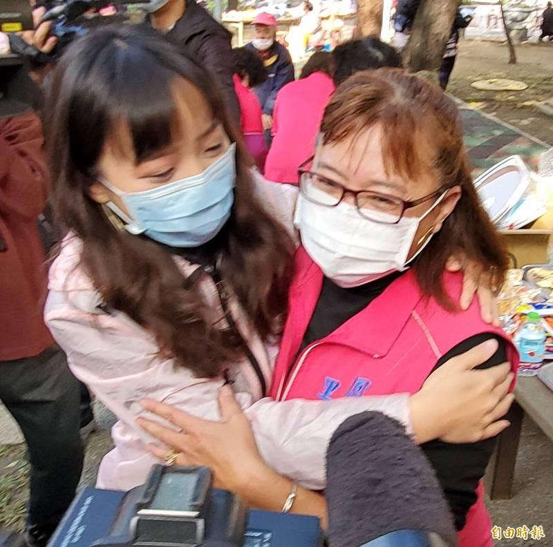 黃捷今早參加武松里迎新春節文藝活動,里長戴惠敏與多名里民擁抱給溫暖。(記者陳文嬋攝)