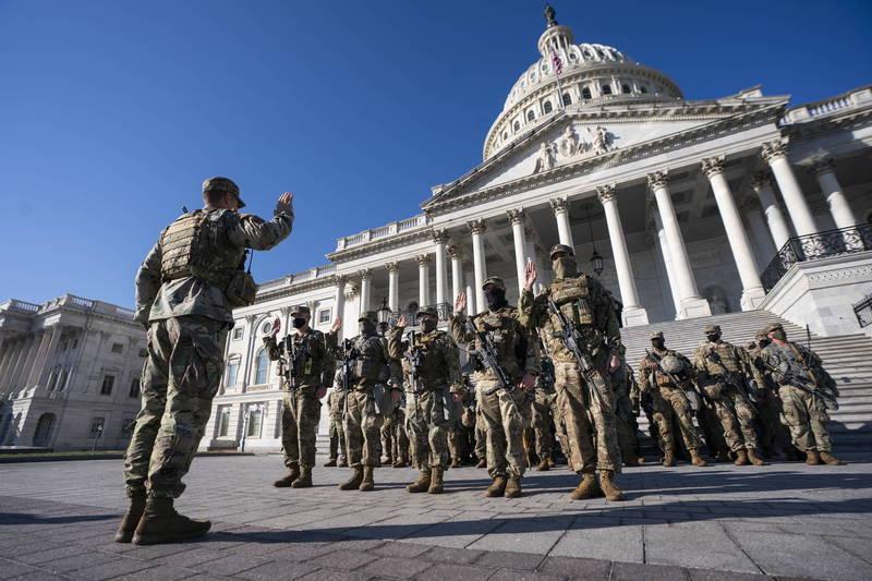 駐守在國會山莊前的美國國民兵。(歐新社資料照)