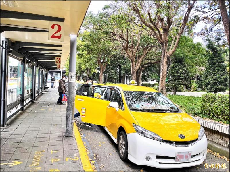 台北市政府廣設計程車招呼站,方便計程車駕駛排班候客。(記者蔡亞樺攝)