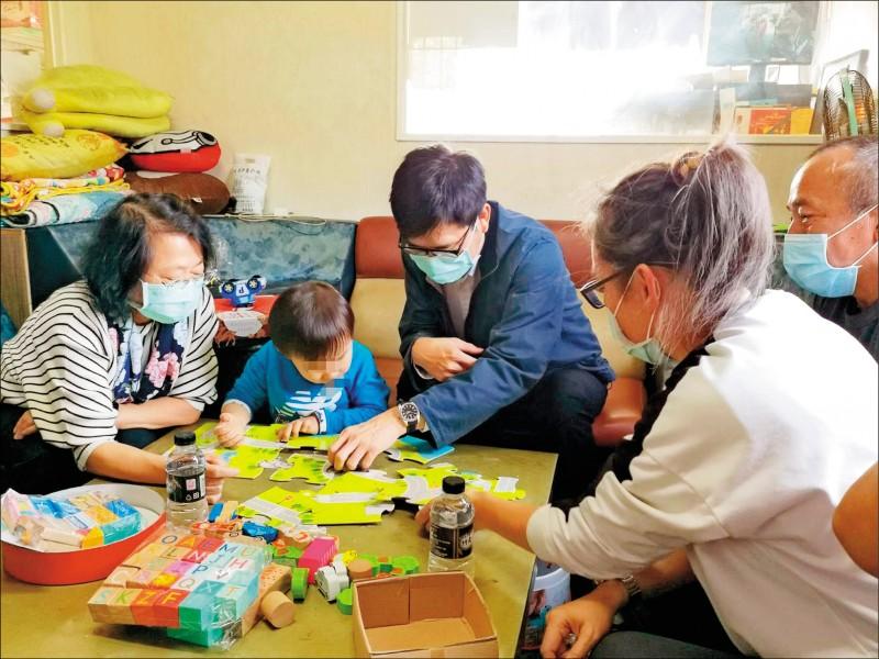高雄眼癌男童赴日治療成功,市長陳其邁(左三)昨前往訪視並贈玩具打氣。(社會局提供)