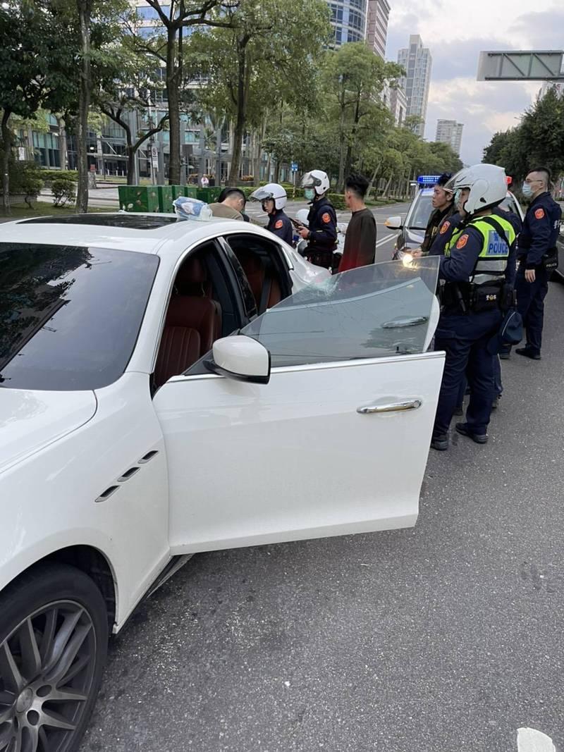 警方到場將瑪莎拉蒂砸車傷人案的目擊者帶回警局釐清案情。(記者姚岳宏翻攝)